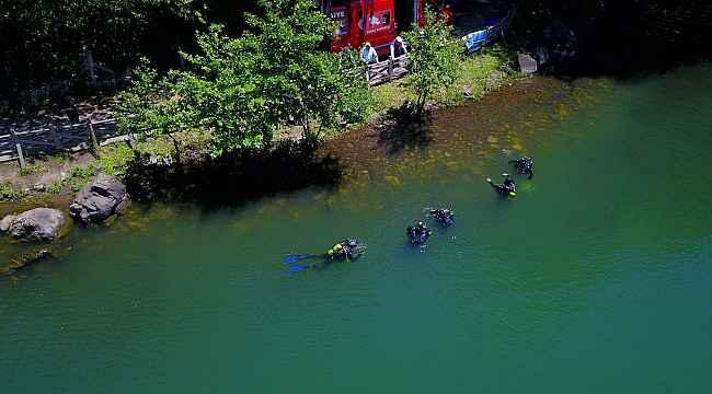 İtfaiye su altında çöp topladı, çevre kirliliğine dikkat çekti
