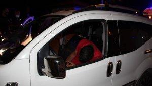 Kaldırımda sızan alkollü gençleri, kameraların ışıkları ayılttı