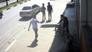 Kaldırımda yürürken gördüğü bisikleti çaldı