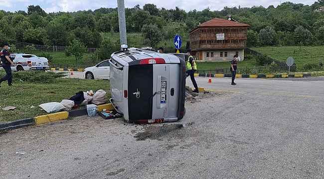Karabük'te hafif ticari araç kavşakta devrildi: 2 yaralı