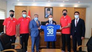 Mehmet Cabbar ve Develi Belediyespor kulübünden Vali Günaydın'a ziyaret