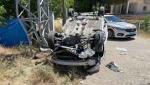 Otomobil direğe çarpıp, ters döndü: 4 yaralı