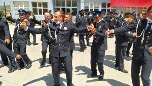 Polis adayları oyun havaları eşliğinde mezuniyetlerini kutladı