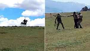 Savaşa gider gibi at sırtında sopalarla kavgaya koştular