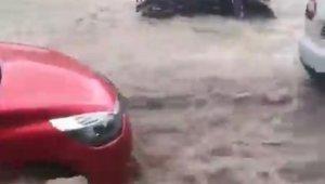 Sel suları motosikleti sürükledi, kanallar taştı