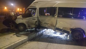 Servis minibüsü ile otomobil kavşakta çarpıştı
