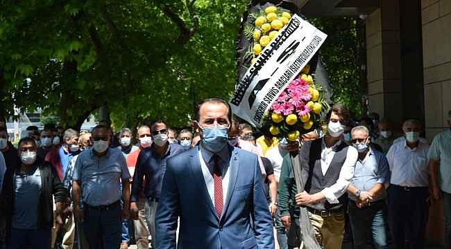 Servisçilerden Eskişehir Büyükşehir Belediyesinin önüne siyah çelenk