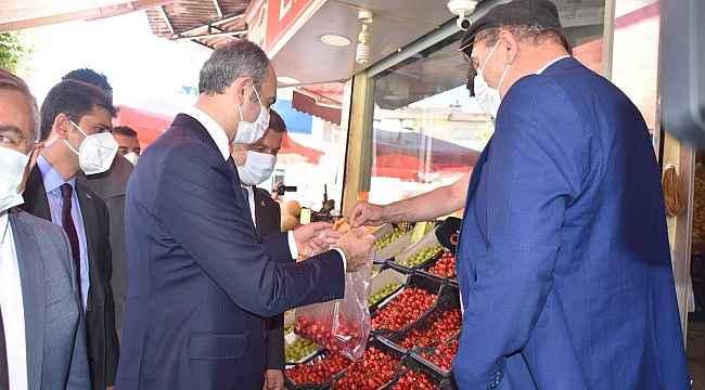 Sezonun ilk kirazları Bakan Gül'e ikram edildi