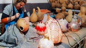 Su kabaklarını sanat eserine dönüştürüyor