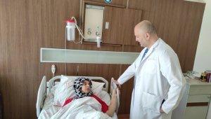 Temizlik yaparken sandalyeden düşüp ağır yaralanan kadın, Siirt'te ilk kez uygulanan yöntemle hayata tutundu