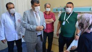 Yeni atanan sağlık müdürü ayağının tozuyla hastaları ziyaret etti