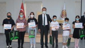 Yeşilay yetenek yarışmasında dereceye giren öğrencilere başarı belgeleri verildi