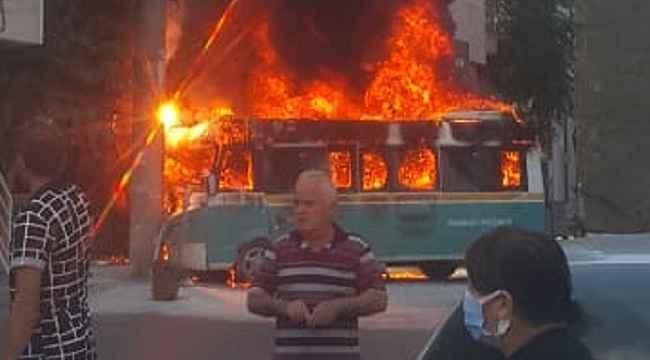 Yolcu dolu minibüsler çarpıştıktan sonra alev aldı: 6 yaralı