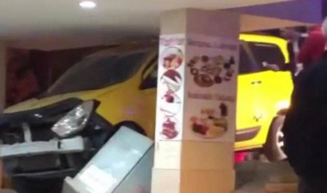 Bursa'da kontrolden çıkan taksi dükkâna girdi - Bursa Haberleri