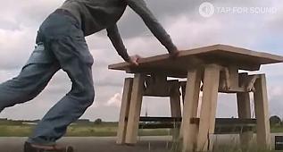 Hiç yürüyen masa görmüş müydünüz?